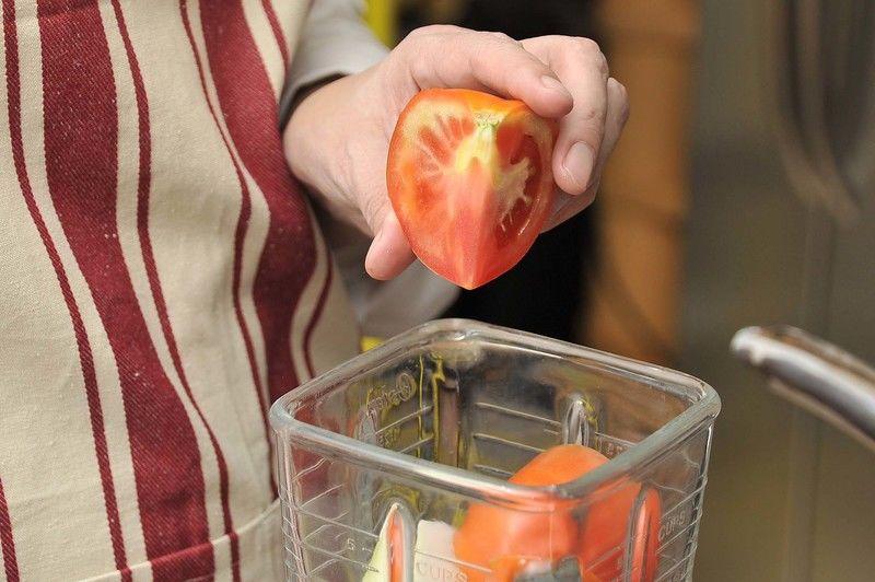Para preparar la salsa de champiñones, moler los jitomate con la cebolla en la licuadora.