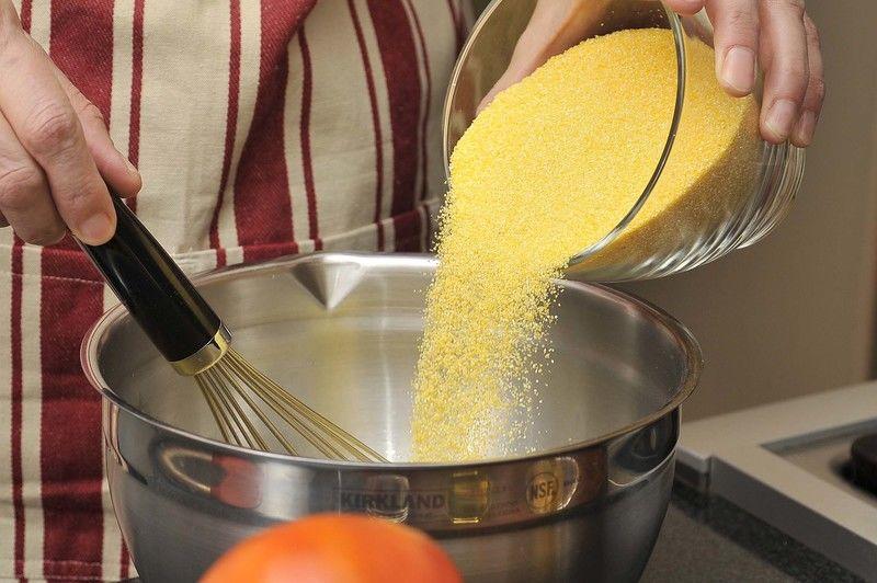 Para preparar la polenta mezclar la polenta con 2 tazas de gua fría, batir con un batidor de globo hasta integrar y que no queden grumos.