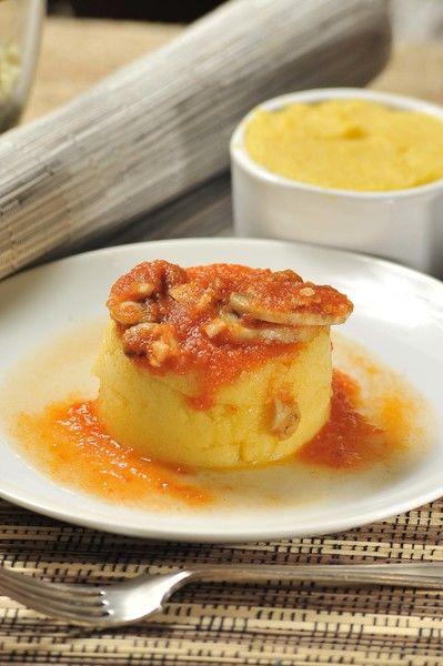 Desmoldar la polenta sobre platos y servir bañada con la salsa de champiñones.