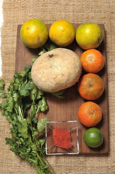 3 Naranja 3 mandarina 1 Jícama ¼ manojo Cilantro 1 limón Sal Chile piquín