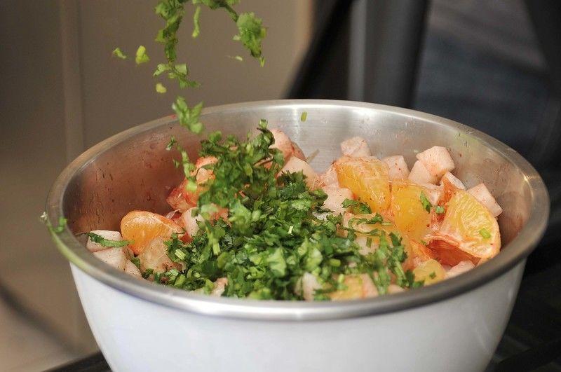 Espolvorear con cilantro picado, chile piquín en polvo y sal al gusto. Mezclar.