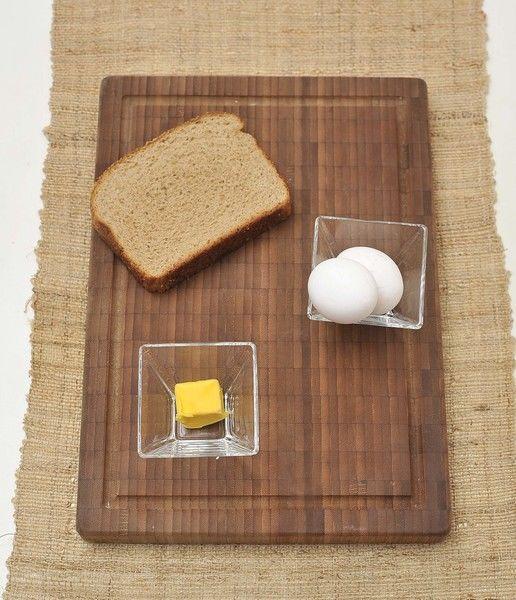 2 rebanadas de pan integral de caja 2 huevos 2 cucharadas de mantequilla Sal al gusto Pimienta al gusto