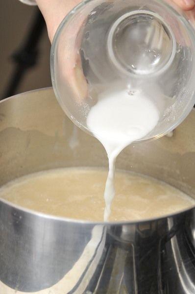 Agregar un par de cucharadas de maicena disuelta en un poco de agua para espesar la salsa, mezclar vigorosamente para que no se formen grumos y continuar cociendo hasta que tome la consistencia espesa deseada.