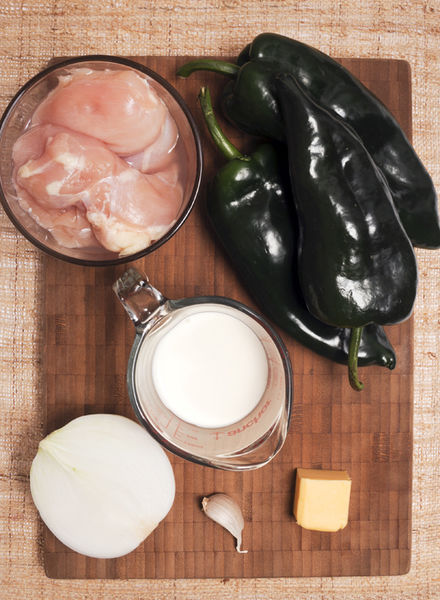 1 pechuga de pollo sin hueso ½ cebolla 3 chiles poblanos ½ taza de crema de leche de vaca ¼ de barra de mantequilla (20gr) 1 diente de ajo Sal al gusto Pimienta al gusto