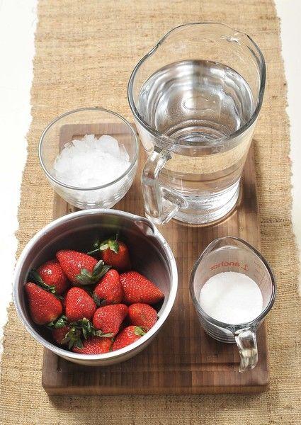 Ingredientes: 6 tazas de agua 15 fresas ½ taza de azúcar Hielo al gusto Desinfectante para frutas y verduras