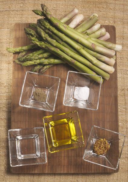1 manojo de espárragos 1 pizca de bicarbonato de sodio ¼ taza aceite de oliva 2 cucharadas de vinagre blanco 1 cucharita de mostaza Dijon ¼ de cucharadita de pimienta negra molida ½ cucharadita de sal