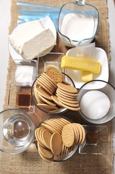 2 paquetes de galletas de canela 2 cucharadas de azúcar 110 gramos de mantequilla sin sal Bolsa de plástico Ingredientes relleno: 1 paquete de grenetina sin sabor (7 gramos) ½ taza de agua 2 paquetes de queso crema (16 onzas) ½ taza de azúcar blanca 1 cucharada de jugo de limón 1 ½ tazas de crema 1 cucharada de vainilla