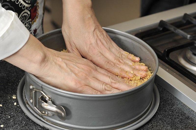 Aplanar bien toda la mezcla sobre la base del molde. Una vez compactada, meter al congelador por 10 minutos únicamente.