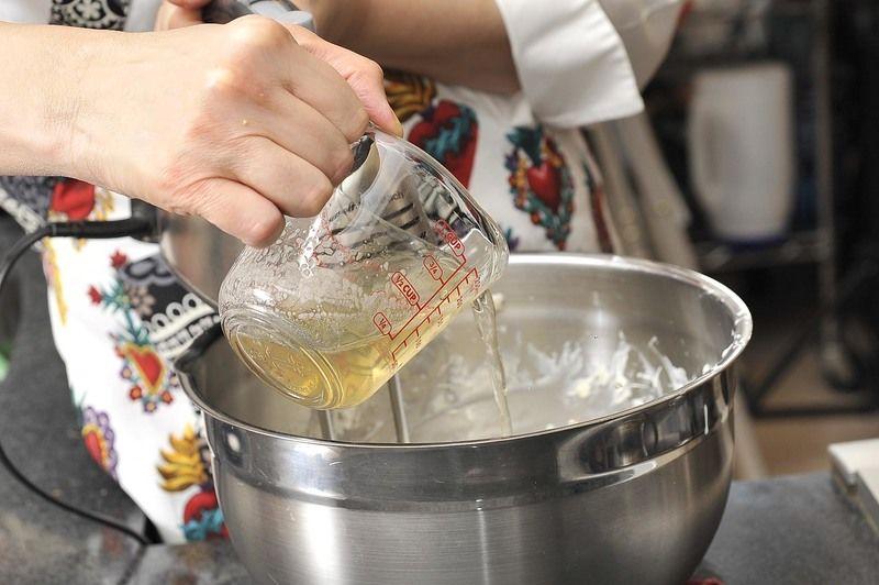 Agregar la mezcla de grenetina ya fría y continuar batiendo hasta integrar por completo.