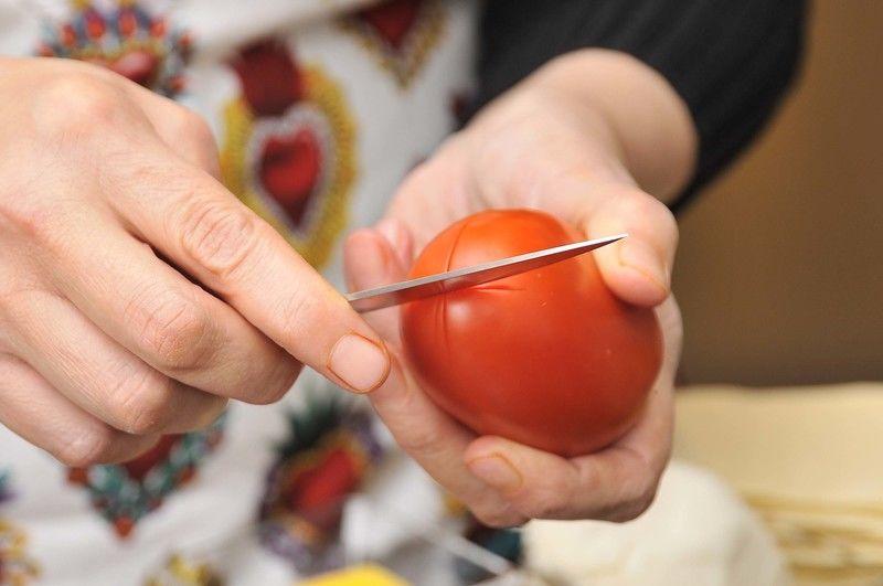 Para preparar la salsa: hacer una incisión en forma de cruz en la base de los jitomates para cortar solamente la piel.