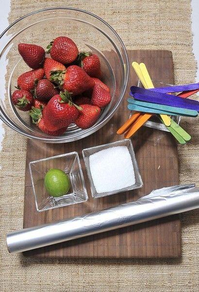3 tazas de fresas ¼ de taza de azúcar 1 limón Papel aluminio Palitos de paleta Desinfectante de verduras