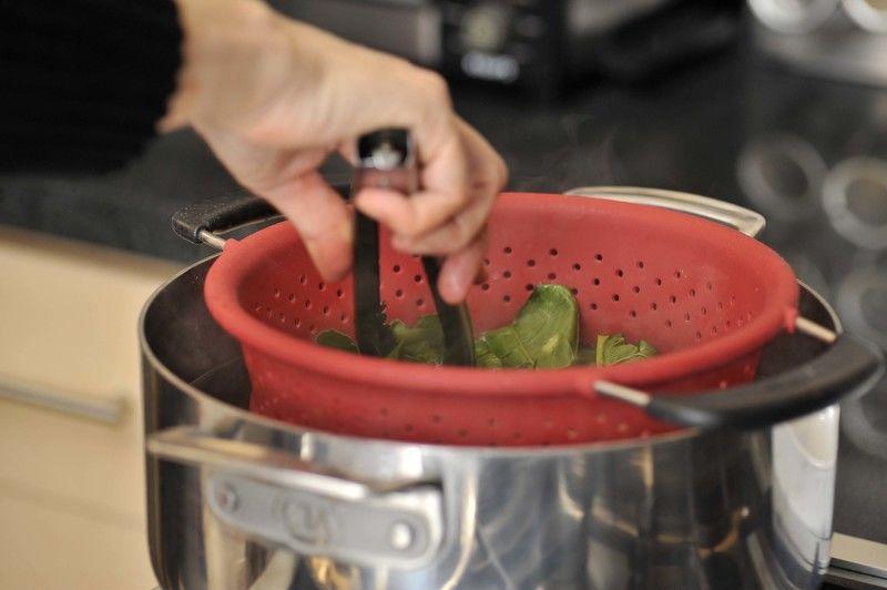 Poner agua a hervir, picar las espinacas y blanquear sumergiéndolas en el agua hirviendo durante 30 segundos. Escurrir.