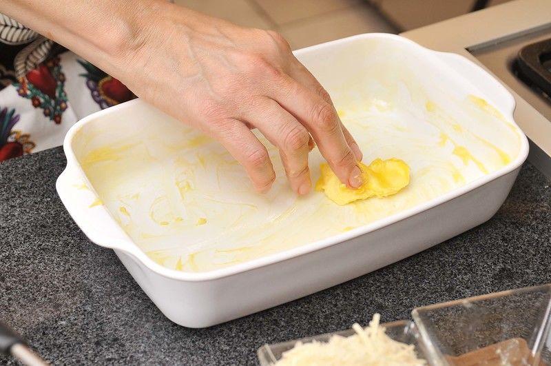 Para armar la lasaña: si se utiliza lasaña pre cocida no es necesario hervirla, de lo contrario, cocer en agua hirviendo durante 7 minutos para quede al dente (suave por fuera y firme por dentro). Engrasar la fuente para horno con mantequilla.