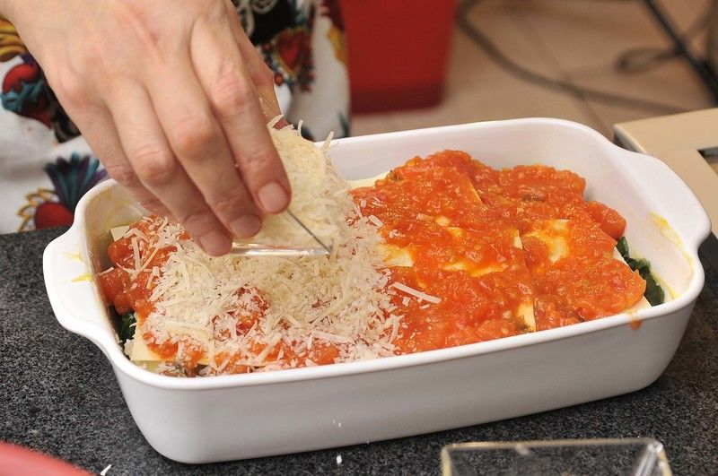 Repetir la misma operación hasta cubrir todo el molde. Espolvorear con queso parmesano encima y meter al horno a 350°F (150°C) durante 15 minutos.