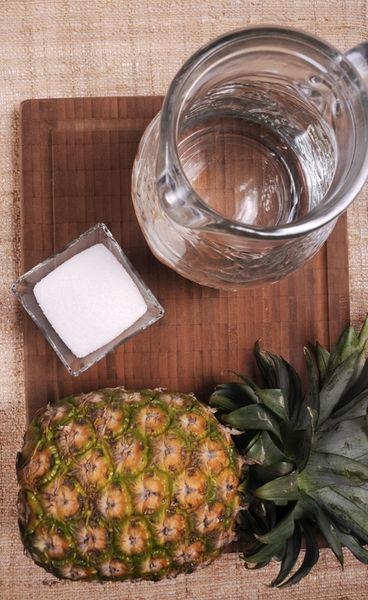 1 piña 2 litros de agua ¼ taza de azúcar