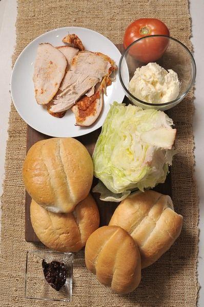 1 chipotle en adobo ½ taza de mayonesa 1 lechuga Desinfectante de verduras 1 jitomate guaje 1 aguacate 4 teleras de pan 4 rebanadas de pavo Sal al gusto