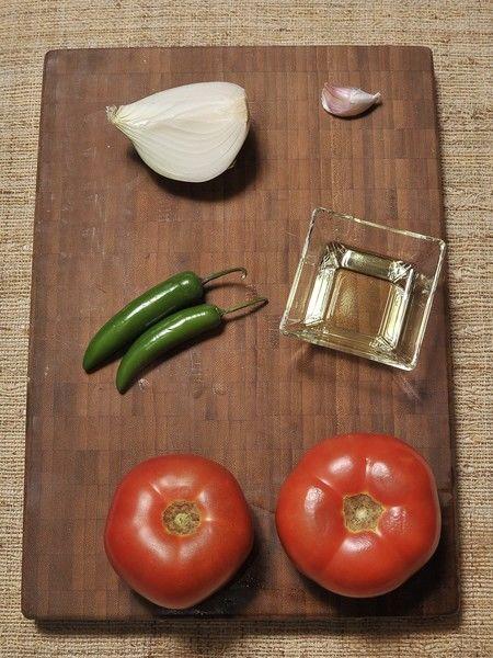 2 jitomates 1 diente de ajo ¼ de cebolla 2 chiles serranos Aceite vegetal Sal al gusto