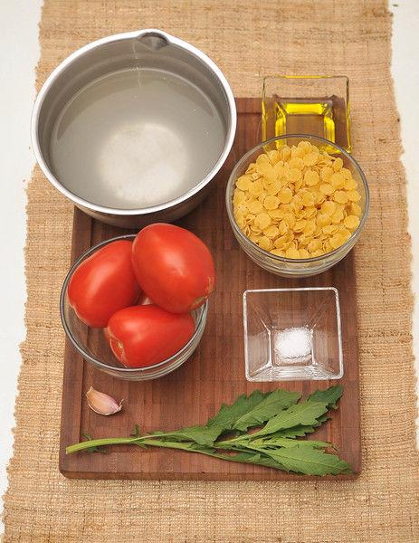 200 gramos de sopa de almejas 4 jitomate guaje 1 diente de ajo 1 rama de epazote 3 tazas de caldo de pollo 1 pizca de bicarbonato de sodio Aceite de oliva al gusto Sal al gusto