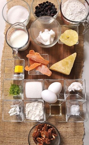3/4 de taza de azúcar blanca 1 cucharada de ralladura de cáscara de limón 1 pieza de yema de huevo 1 cucharada de té de azahar 1 taza de pasas 1/2 taza de manteca vegetal muñequitos manteca vegetal 1 pieza de papaya cristalizada 1 pieza de piña cristalizada 50 gramos de acitrón 1 taza de nuez 2 cucharadas de mantequilla 2 tazas de harina de trigo 2/3 de taza de leche de vaca harina de trigo 1/4 de taza de harina de trigo 1 1/2 cucharitas de polvo para hornear (levadura química) 1/4 de taza de azúcar blanca 1 pieza de huevo