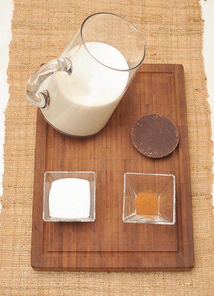 4 tazas de leche 100 gramos de chocolate (3 barritas) ¼ taza de azúcar Canela molida al gusto