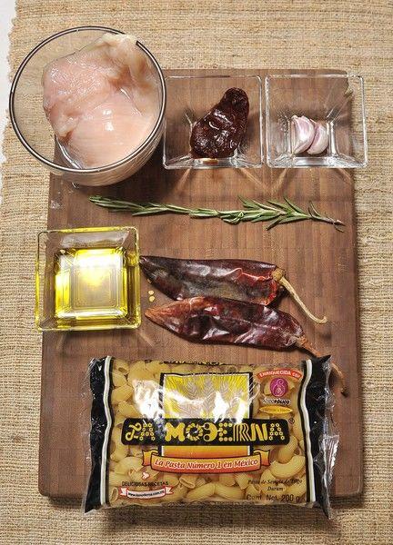 200 gramos de coditos La Moderna Sal Romero fresco 2 dientes de ajo 1 pieza de chile chipotle adobado 2 piezas de chile guajillo 200 gramos de pechuga de pollo