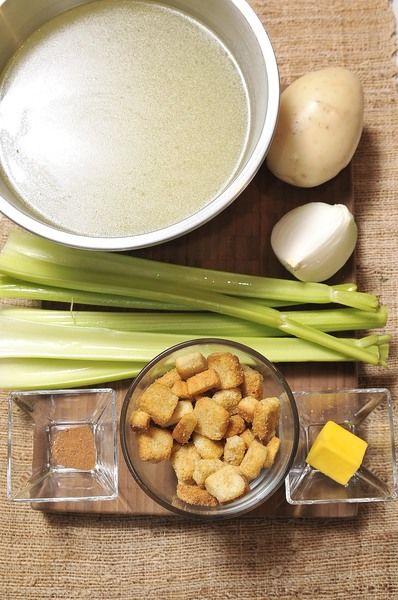 3 cucharadas de mantequilla ¼ de cebolla 1 papa 8 ramas de apio 6 tazas de caldo de pollo 1 pizca de nuez moscada Sal, al gusto Pimienta negra molida al gusto Crotones al gusto