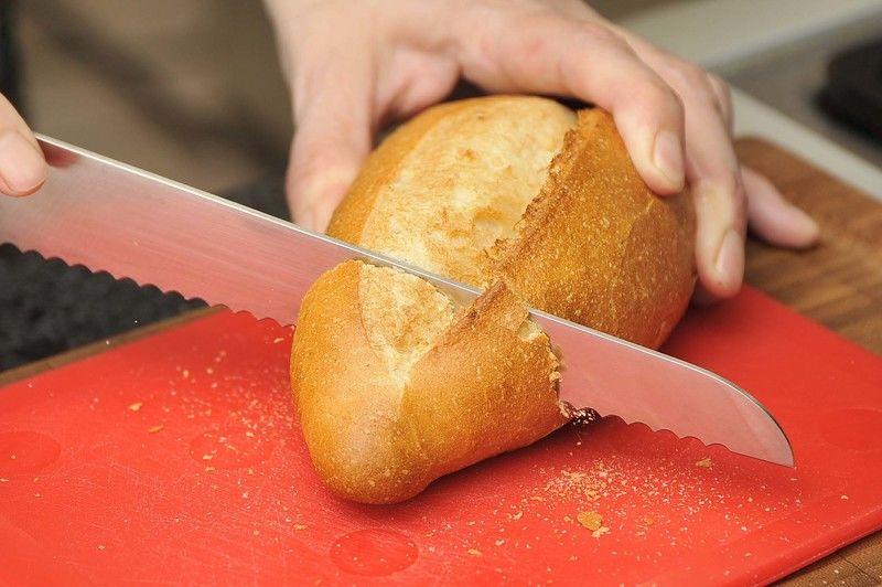 Mientras se reduce el caldo, cortar el pan francés en rebanadas.
