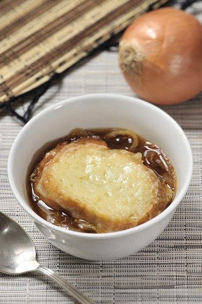 Servir la sopa en tazones con una rebanada de pan con queso encima.