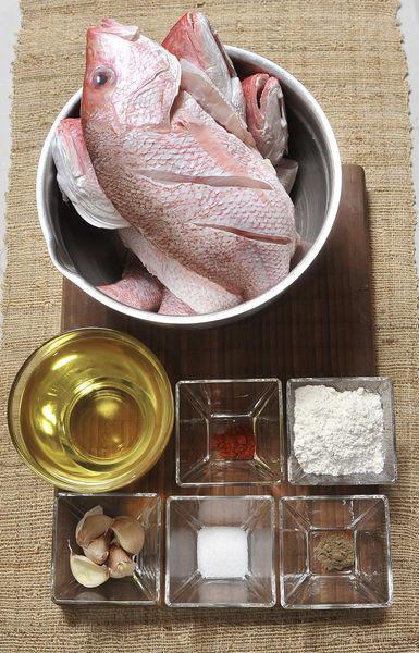Ingredientes: 4 piezas de Huachinango entero sin vísceras ni escamas Aceite de canola Harina de trigo 1/4 cucharita de Pimienta negra molida 1/4 cucharita de Paprika 1 cucharita de Sal 6 dientes de Ajo
