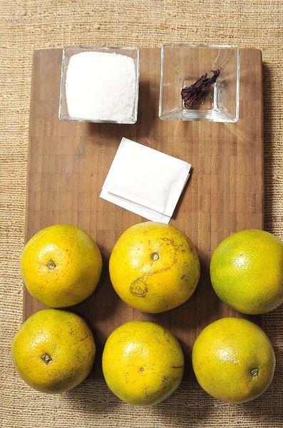 6 naranjas 1 hojas de jamaica 6 cucharadas de azúcar 14 gramos de grenetina natural