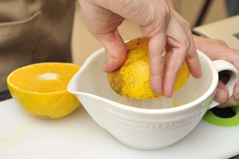 Exprimir las naranjas, se necesitarán 3 tazas de jugo de naranja.