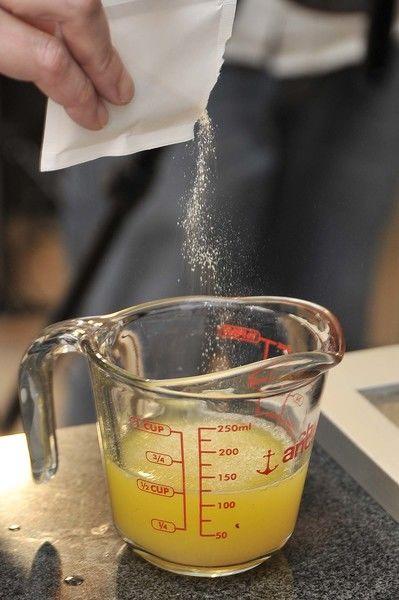 Si hiciera falta, agregar un poco de agua. Agregar la grenetina en forma de lluvia a un recipiente con ½ taza del jugo, dejar reposar para que se hidrate durante 5 minutos.