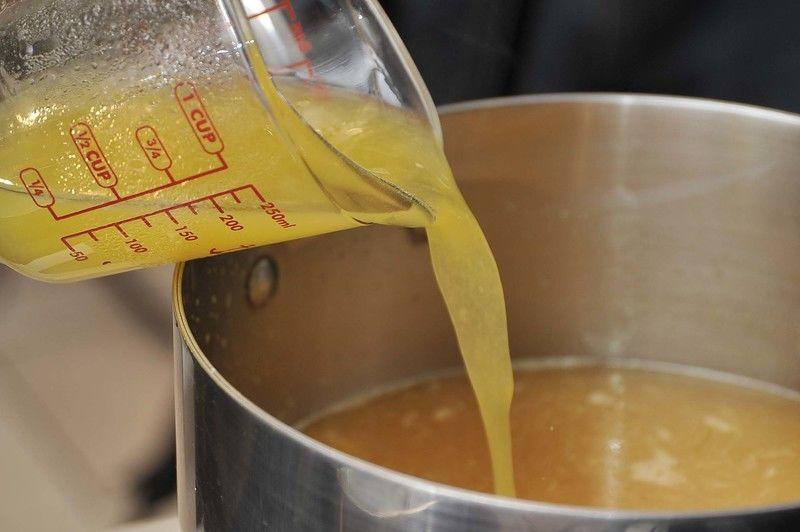 Añadir la grenetina disuelta al jugo y mezclar. Dejar enfriar.