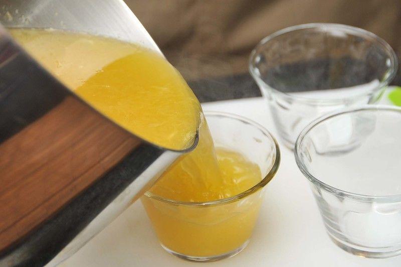Colocar la gelatina en moldes dentro del refrigerador.