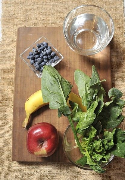 Ingredientes: 1 plátano 1 manzana ¼ de taza de moras ½ manojo de espinacas Agua Desinfectante de verduras