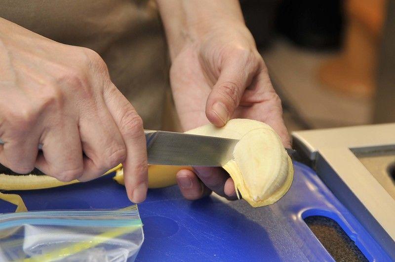 Cuando los plátanos están a punto de pasarse de maduros, pelarlos, cortar en trozos medianos.