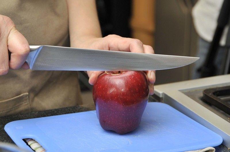 Lavar bien las manzanas y cortar en trozos con todo y cáscara.