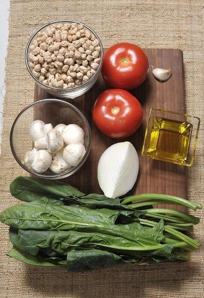 Ingredientes: 500 gramos de Garbanzo Aceite de canola Sal 1 manojo de Espinaca fresca 1/4 pieza de Cebolla blanca 1 diente de Ajo 8 piezas de Champiñones 2 piezas de Jitomate