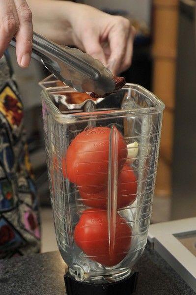 Poner a remojar la lechuga picada en un tazón con agua y una gota de desinfectante durante 5 minutos. Escurrir y reservar. Moler los jitomates y el chipotle y el ajo en la licuadora y reservar.