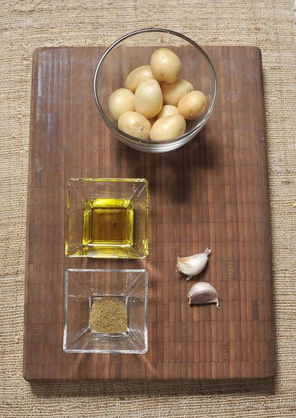 Ingredientes: Sal 2 dientes de Ajo 1 cucharita de Comino en polvo 2 cucharadas de Aceite de oliva 12 piezas de Papitas de cambray