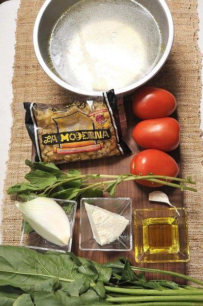 Ingredientes: 3 jitomate guaje ¼ de pieza cebolla blanca 1 diente de ajo 4 tazas caldo de pollo 1 rama de epazote 200 gramos de coditos La Moderna 1 manojo de espinaca Aceite de oliva al gusto Sal al gusto 100 gramos de queso panela
