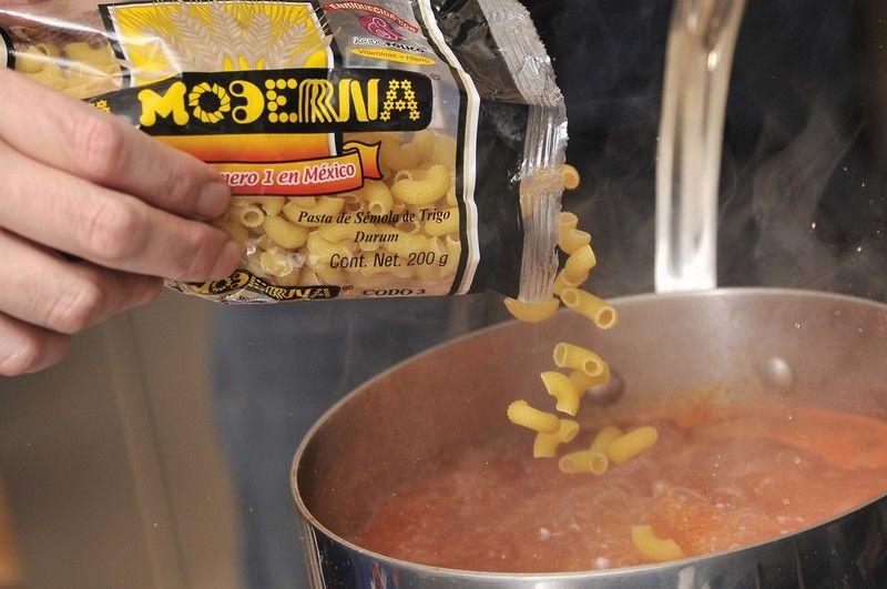 Añadir la sopa de pasta y continuar hirviendo 10 minutos.