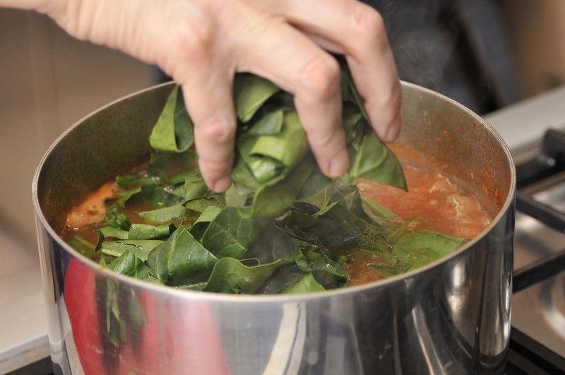 Retirar la rama de epazote del caldo y añadir las espinacas, continuar cociendo 5 minutos más.