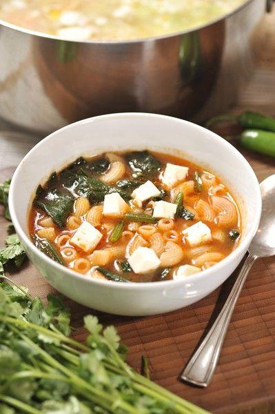 Servir como sopa de principio con trozos de queso panela en cubos.