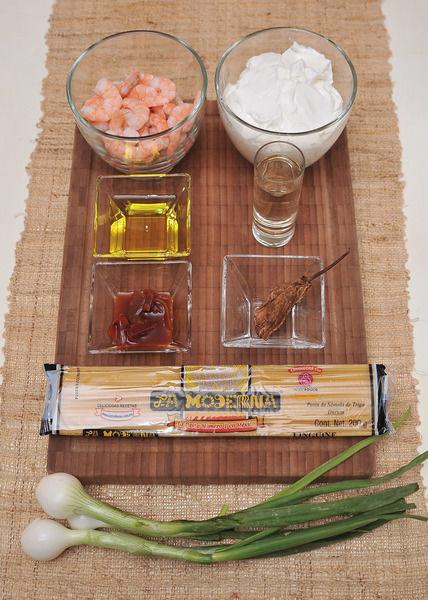 Ingredientes: 200 gr. Linguini La Moderna 200 gr camarón pacotilla 1 taza de crema ácida 3 cebollitas cambray 1 caballito de tequila 3 cucharadas de aceite de oliva 1 cucharada de chipotle adobado 1 chipotle seco Sal