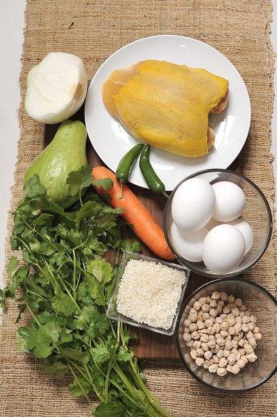 Ingredientes: 6 huevos 1 pechuga de pollo ½ pieza cebolla blanca ½ taza de garbanzo 1 zanahoria 1 chayote ¼ de taza de arroz Sal, al gusto 2 chile serrano ½ manojo de cilantro