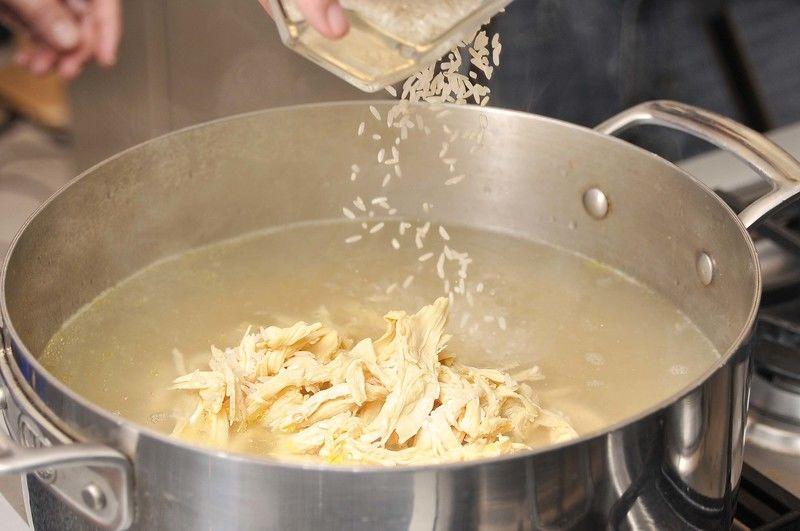 Añadir el pollo deshebrado, el arroz crudo.