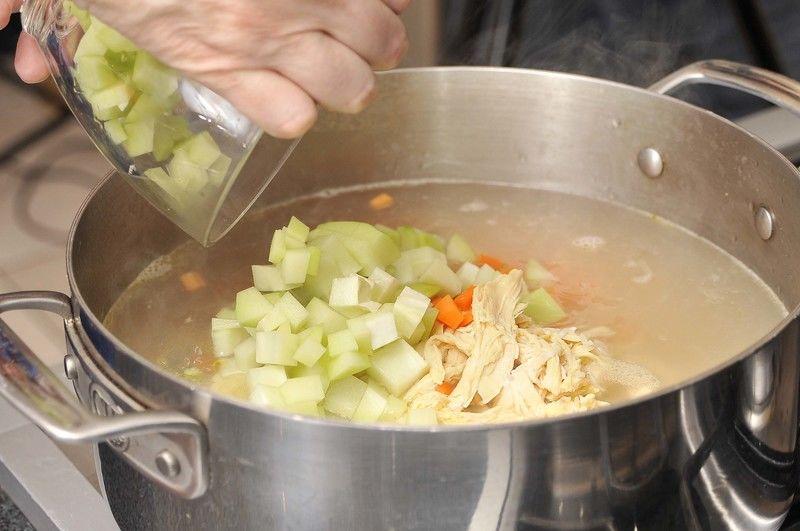 Agregar la zanahoria y el chayote pelados y cortados en trozos pequeños. Rectificar la sazón y continuar cociendo 10 minutos más.