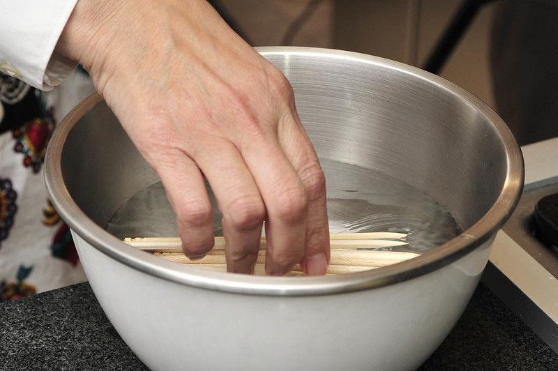 Poner a remojar las brochetas de madera en agua durante al menos 15 minutos.