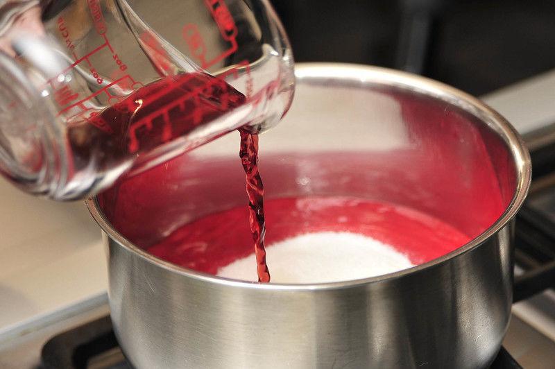 Colocar en un sartén junto con el azúcar, 5 gotas de limón y ¼ de taza de vino Mas Petit Pares Balta. Cocer a fuego lento durante 10 minutos o hasta que se reduzca y espese meneando frecuentemente. Dejar enfriar y refrigerar.